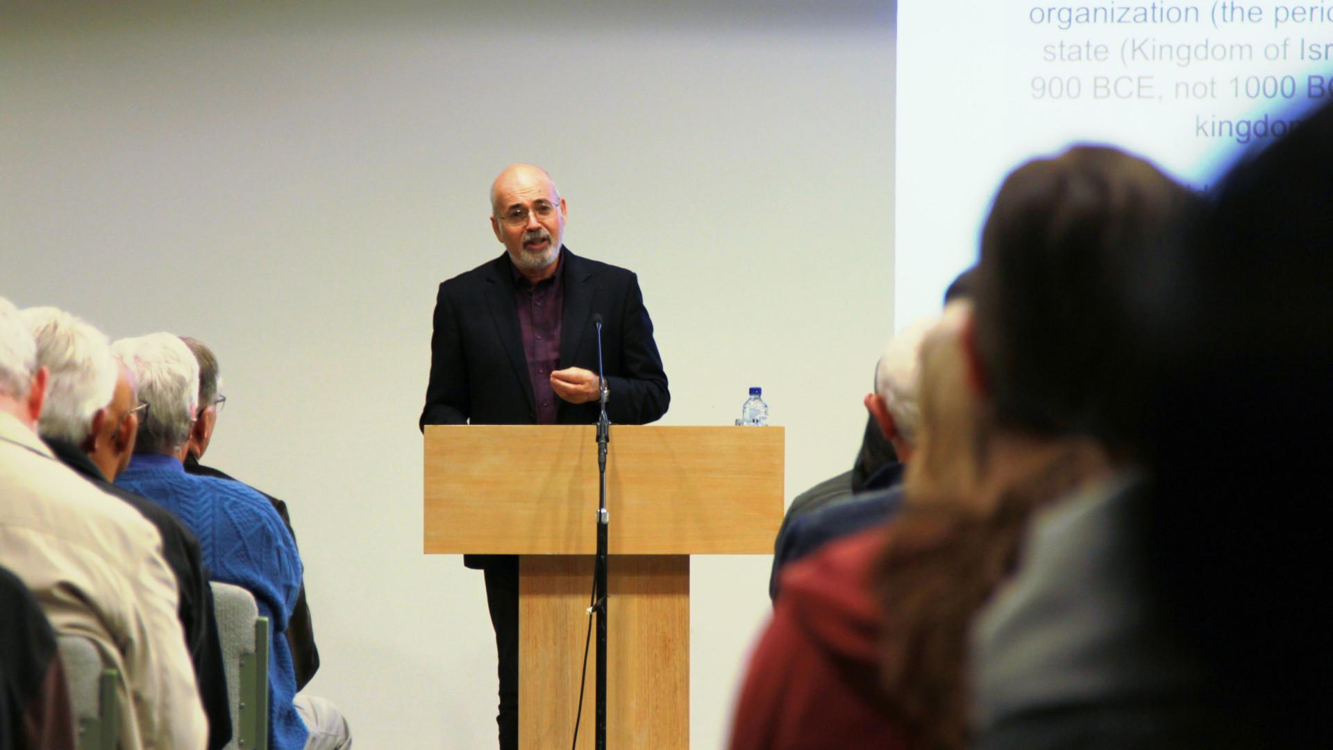 Yosef Garkinkel speaking to an audience